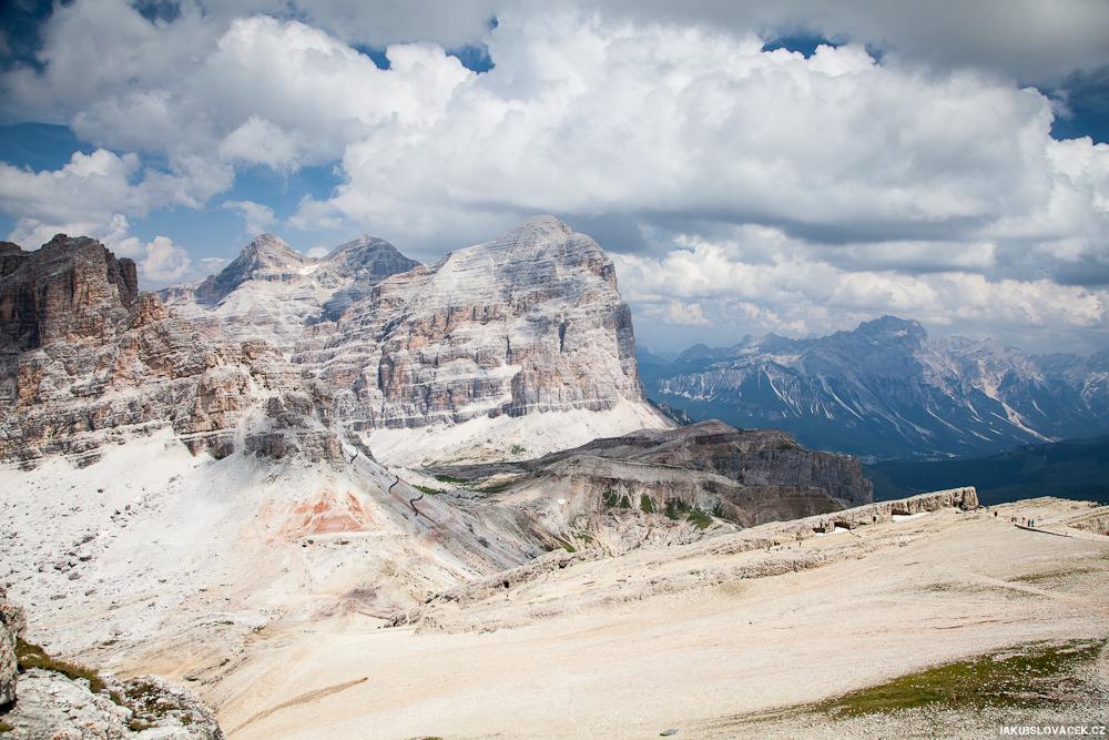 Nad Passo Falzarego, výhled na Tofana di Dentro, Tofana di Mezzo a Tofana di Rozes