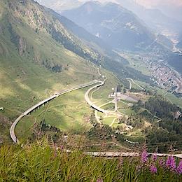 Cesta do průsmyku Sv. Gottharda, nad městem Airolo